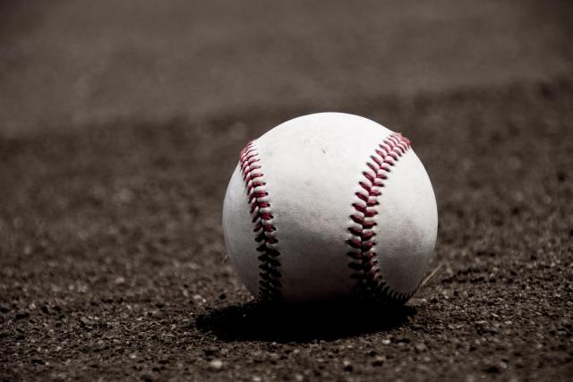 野球場の土と硬式ボール